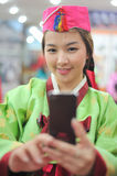 η ασιατική φωτογραφία φορεμάτων hanbok παίρνει τη γυναίκα Στοκ Φωτογραφίες