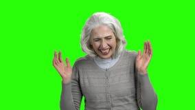Η αστεία ανώτερη γυναίκα γελά στην πράσινη οθόνη απόθεμα βίντεο