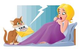 Η αστεία γάτα φέρνει τη φορολογική επιστολή στο κρεβάτι Στοκ φωτογραφία με δικαίωμα ελεύθερης χρήσης