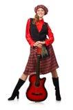 Η αστεία γυναίκα στο σκωτσέζικο ιματισμό με την κιθάρα Στοκ Εικόνες