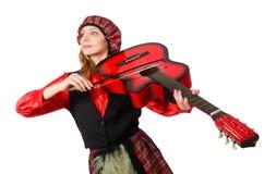 Η αστεία γυναίκα στο σκωτσέζικο ιματισμό με την κιθάρα Στοκ φωτογραφίες με δικαίωμα ελεύθερης χρήσης