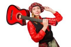 Η αστεία γυναίκα στο σκωτσέζικο ιματισμό με την κιθάρα Στοκ εικόνες με δικαίωμα ελεύθερης χρήσης