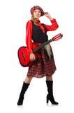 Η αστεία γυναίκα στο σκωτσέζικο ιματισμό με την κιθάρα Στοκ φωτογραφία με δικαίωμα ελεύθερης χρήσης