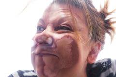 Η αστεία γυναίκα συνέθλιψε ενάντια στο πλακάκι στοκ φωτογραφία