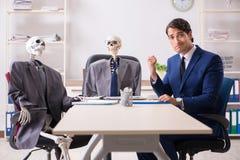 Η αστεία επιχειρησιακή συνεδρίαση με τον προϊστάμενο και τους σκελετούς στοκ εικόνα με δικαίωμα ελεύθερης χρήσης