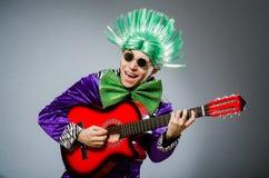 Η αστεία κιθάρα παιχνιδιού ατόμων στη μουσική έννοια Στοκ φωτογραφία με δικαίωμα ελεύθερης χρήσης