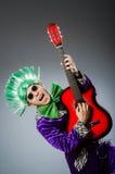 Η αστεία κιθάρα παιχνιδιού ατόμων στη μουσική έννοια Στοκ φωτογραφίες με δικαίωμα ελεύθερης χρήσης