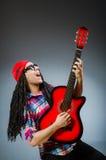 Η αστεία κιθάρα παιχνιδιού ατόμων στη μουσική έννοια Στοκ Εικόνα