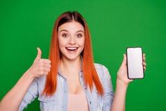 Η αστεία φοβιτσιάρης χαριτωμένη κυρία πορτρέτου συμβουλεύει ότι η αναφορά επιλέγει αποφασίστε η προσφορά επίδειξης χεριών λαβής π στοκ εικόνες με δικαίωμα ελεύθερης χρήσης