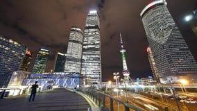 Η αστική κυκλοφορία χρονικού σφάλματος τη νύχτα, ουρανοξύστης της Σαγγάης & προσανατολίζει τον πύργο TV μαργαριταριών απόθεμα βίντεο
