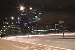 Η αστική νύχτα πόλεων πυροβόλησε στη γέφυρα του Λονδίνου, κόκκινο λεωφορείο στην κίνηση, μακρύς πυροβολισμός έκθεσης Στοκ εικόνα με δικαίωμα ελεύθερης χρήσης