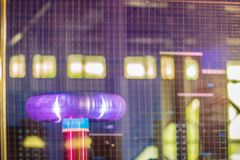 Η αστραπή σπειρών τέσλα παρουσιάζει, μια ηλεκτρική ηχηρή μετατροπή Στοκ φωτογραφία με δικαίωμα ελεύθερης χρήσης