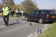 Η αστυνομία είναι ερευνά το ατύχημα με δύο αυτοκίνητα, s Στοκ Φωτογραφία