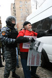 Η αστυνομία ταραχής θέτει υπό κράτηση το ρωσικό ενεργό στέλεχος αντίθεσης Στοκ Εικόνες