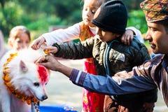 Η αστυνομία του Νεπάλ γιορτάζει Kukur Tihar στο Κατμαντού Στοκ εικόνες με δικαίωμα ελεύθερης χρήσης