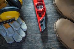 Η ασφάλεια καλυμμάτων αυτιών φορά γάντια στο αδιάβροχο επίπεδο κατασκευής μποτών δαντελλών Στοκ Εικόνα