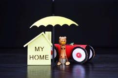 Η ασφάλεια, μια ομπρέλα προστατεύει το σπίτι και το αυτοκίνητο Στοκ Φωτογραφίες