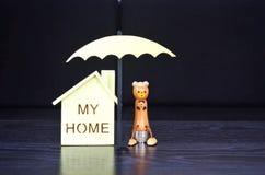 Η ασφάλεια, μια ομπρέλα προστατεύει το σπίτι Στοκ Εικόνα