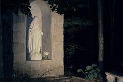 Η δασώδης υπαίθρια λάρνακα στη μητέρα Mary τη νύχτα Στοκ φωτογραφία με δικαίωμα ελεύθερης χρήσης