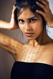 Η λατινική νέα γυναίκα ομορφιάς στην κατάθλιψη, απόγνωση κοιτάζει, fashi στοκ φωτογραφία