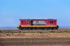 η ατμομηχανή κινεί το σιδηρόδρομο στοκ εικόνες με δικαίωμα ελεύθερης χρήσης