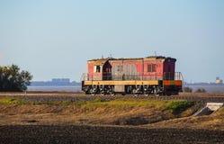 η ατμομηχανή κινεί το σιδηρόδρομο στοκ εικόνα