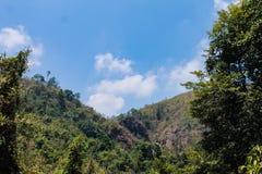 Η ατμόσφαιρα, βουνά, ουρανός, καλύπτει τους όμορφους καταρράκτες Pileok Subdistrict στο παλαιό ορυχείο Mueang Kanchanaburi κοντά  στοκ εικόνα