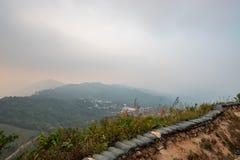 Η ατμόσφαιρα, βουνά, ουρανός, καλύπτει τους όμορφους καταρράκτες Pileok Subdistrict στο παλαιό ορυχείο Mueang Kanchanaburi κοντά  στοκ φωτογραφία με δικαίωμα ελεύθερης χρήσης