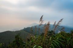 Η ατμόσφαιρα, βουνά, ουρανός, καλύπτει τους όμορφους καταρράκτες Pileok Subdistrict στο παλαιό ορυχείο Mueang Kanchanaburi κοντά  στοκ εικόνες