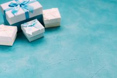 Η ατμόσφαιρα διακοπών επιλογής δώρων δίνει παρουσιάζει Στοκ φωτογραφίες με δικαίωμα ελεύθερης χρήσης