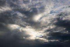 Η ατμόσφαιρα και το σύννεφο ουρανού πριν από τη βροχή Στοκ Φωτογραφίες