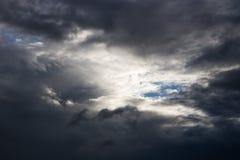 Η ατμόσφαιρα και το σύννεφο ουρανού πριν από τη βροχή Στοκ Φωτογραφία