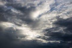 Η ατμόσφαιρα και το σύννεφο ουρανού πριν από τη βροχή Στοκ Εικόνες