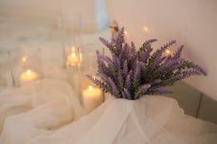 Η ατμόσφαιρα της χαλάρωσης Καίγοντας κεριά και μια δέσμη lavender Aromatherapy και λουτρό Στοκ φωτογραφίες με δικαίωμα ελεύθερης χρήσης