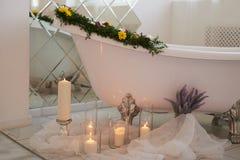 Η ατμόσφαιρα της χαλάρωσης Καίγοντας κεριά και μια δέσμη lavender Aromatherapy και λουτρό Στοκ εικόνες με δικαίωμα ελεύθερης χρήσης