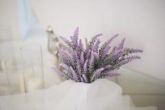 Η ατμόσφαιρα της χαλάρωσης, των κεριών και μιας δέσμης lavender Aromatherapy και λουτρό Στοκ εικόνα με δικαίωμα ελεύθερης χρήσης