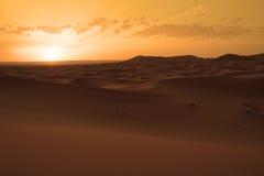 Η αυγή μιας νέας ημέρας στους αμμόλοφους ερήμων ERG στο Μαρόκο Στοκ Φωτογραφία