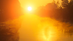 Η αυγή στον ποταμό με τη δροσιά Στοκ φωτογραφία με δικαίωμα ελεύθερης χρήσης