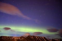 Η αυγή Borealis επάνω από τα βουνά Στοκ φωτογραφία με δικαίωμα ελεύθερης χρήσης
