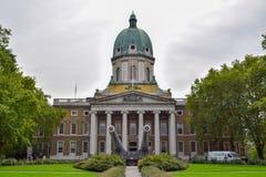 Η αυτοκρατορική πρόσοψη πολεμικών μουσείων με τα ναυτικά πυροβόλα στο Λονδίνο, Αγγλία στοκ φωτογραφίες με δικαίωμα ελεύθερης χρήσης