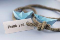 Η αυτοκόλλητη ετικέττα με ευχαριστεί εσείς έπλεξε πυκνά το origami εγγράφου σχοινιών και σκαφών Στοκ Φωτογραφία