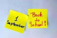 Η αυτοκόλλητη ετικέττα με την επιγραφή πηγαίνει πίσω στο σχολείο και τον πρώτο του Σεπτεμβρίου Στοκ φωτογραφία με δικαίωμα ελεύθερης χρήσης