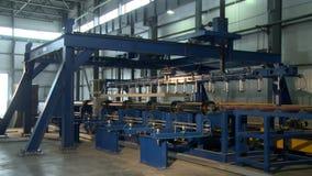 Η αυτόματη μηχανή κινεί το κομμάτι προς κατεργασία για την επιτροπή σάντουιτς απόθεμα βίντεο