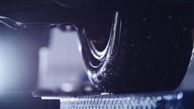 Η αυτόματη ρόδα στην υπηρεσία, αυτοκίνητο που προετοιμάζεται για τα επαγγελματικά διαγνωστικά, κλείνει επάνω - τονισμένος στοκ εικόνα