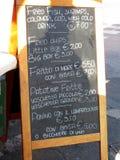 Η αφίσα πρώτου πλάνου των επιλογών σε ένα χαρακτηριστικό ιταλικό ψάρι και το τσιπ ψωνίζουν Στοκ Φωτογραφία
