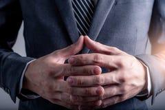 Η αφηρημένη εικόνα του επιχειρηματία συντονίζει και των δύο από το χέρι από κοινού στοκ εικόνες με δικαίωμα ελεύθερης χρήσης