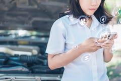 Η αφηρημένη εικόνα του σημείου επιχειρησιακών ατόμων στο ολόγραμμα στο smartphone και το θολωμένο μηχανοστάσιο αυτοκινήτων του εί στοκ εικόνα