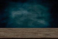 Η αφηρημένη ξύλινη επιτραπέζιες σύσταση και η κιμωλία που τρίβονται έξω στον πίνακα, για γραφικό προσθέτουν το προϊόν, έννοια εκπ Στοκ Εικόνες