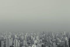 Η αφηρημένη ομιχλώδης μεγάλη πόλη τοπ άποψης hipster τυποποιημένη μπορεί να χρησιμοποιήσει για το υπόβαθρο με το copyspace γραπτή στοκ εικόνες