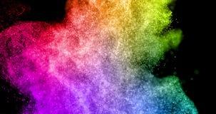 Η αφηρημένη πραγματική πολύχρωμη έκρηξη σκονών στο μαύρο υπόβαθρο, επιβραδύνει απεικόνιση αποθεμάτων